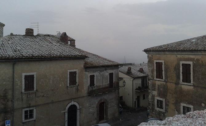 Colpo di coda dell'inverno, che stamani a Porchiano ci ha regalato un po' di nevischio. Foto di Fabiola Laudizi.